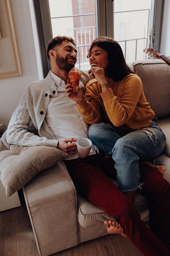 Homestory, Spanien, Pärchen, Verliebt, Verlobung, Paarfotografie, Granada, Fotoshooting, Frühstück, Couch, Natürliche Paarfotografie