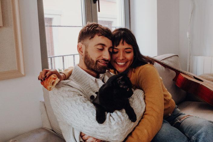 Homestory, Spanien, Pärchen, Verliebt, Verlobung, Paarfotografie, Granada, Fotoshooting, Frühstück, Couch, Natürliche Paarfotografie, Katze