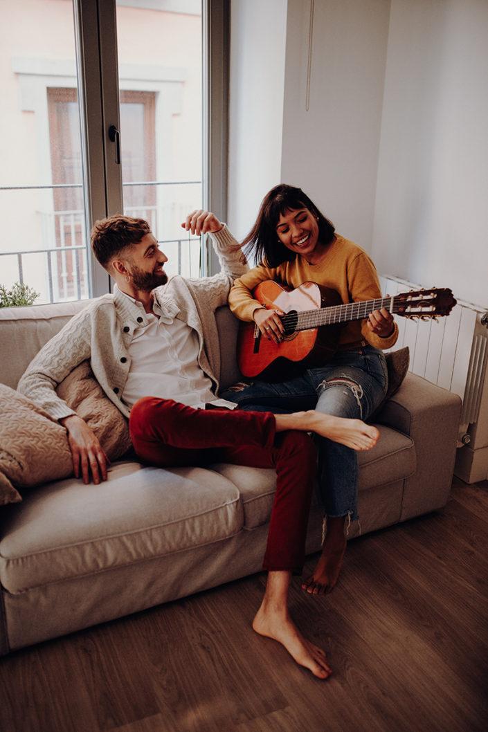 Homestory, Spanien, Pärchen, Verliebt, Verlobung, Paarfotografie, Granada, Fotoshooting, Frühstück, Couch, Natürliche Paarfotografie, Gitarre