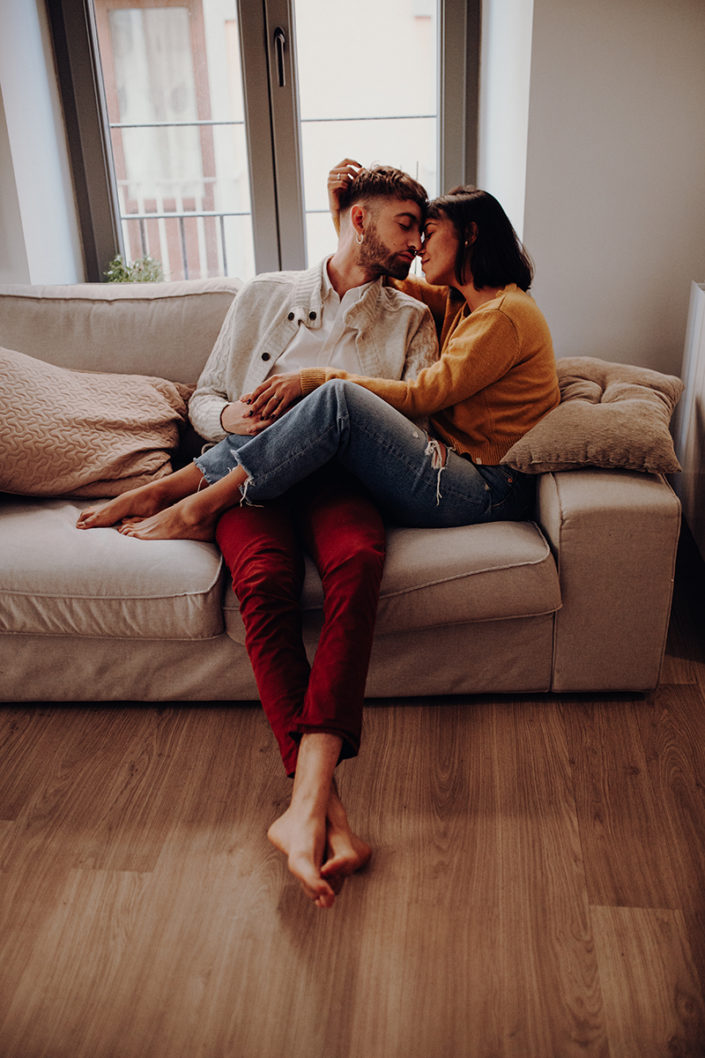 Homestory, Spanien, Pärchen, Verliebt, Verlobung, Paarfotografie, Granada, Fotoshooting, Couch, Natürliche Paarfotografie