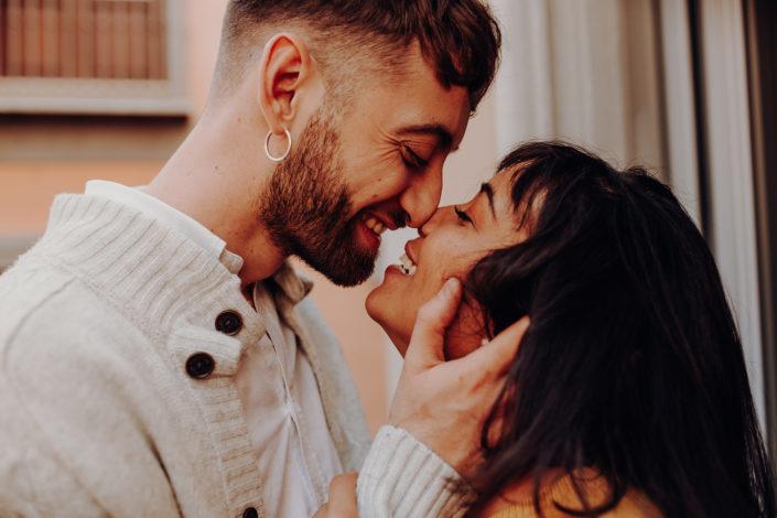 Homestory, Spanien, Pärchen, Verliebt, Verlobung, Paarfotografie, Granada, Fotoshooting, Natürliche Paarfotografie, Zärtlichkeit