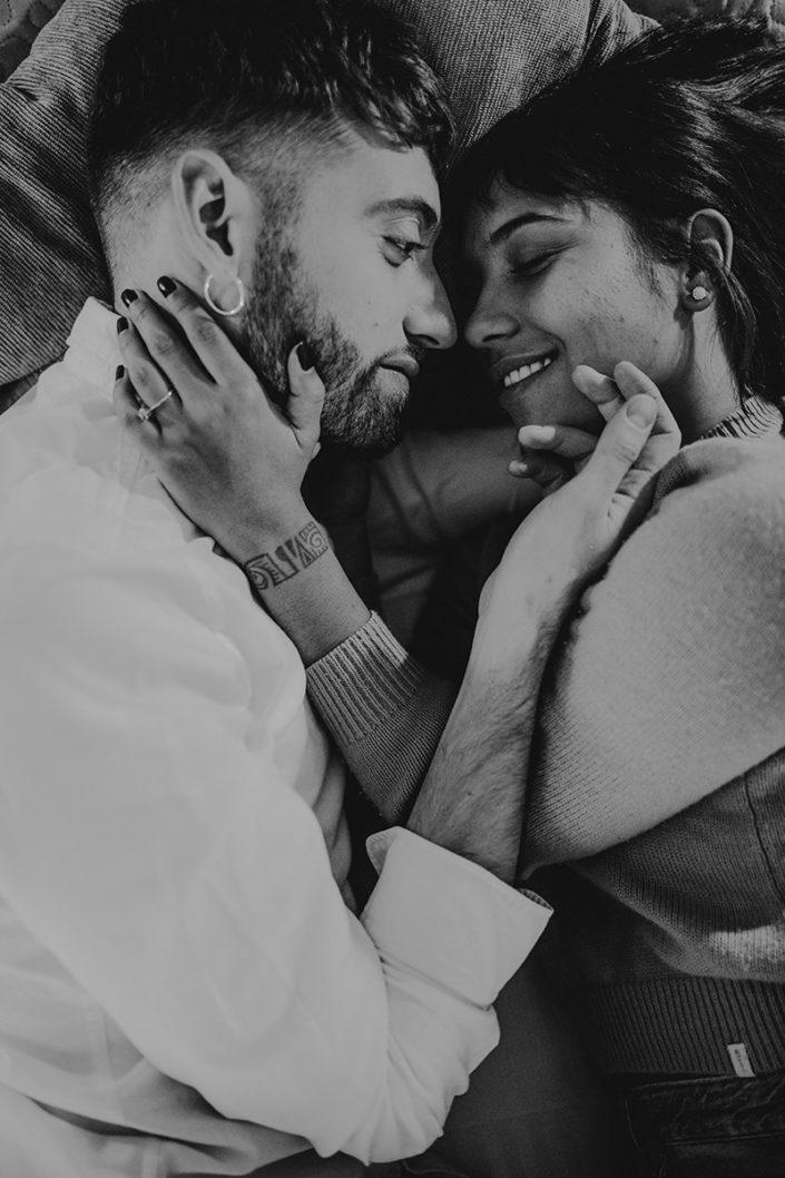 Homestory, Spanien, Pärchen, Verliebt, Verlobung, Paarfotografie, Granada, Fotoshooting, Natürliche Paarfotografie, Bett, Zärtlichkeit, Schwarz Weiß
