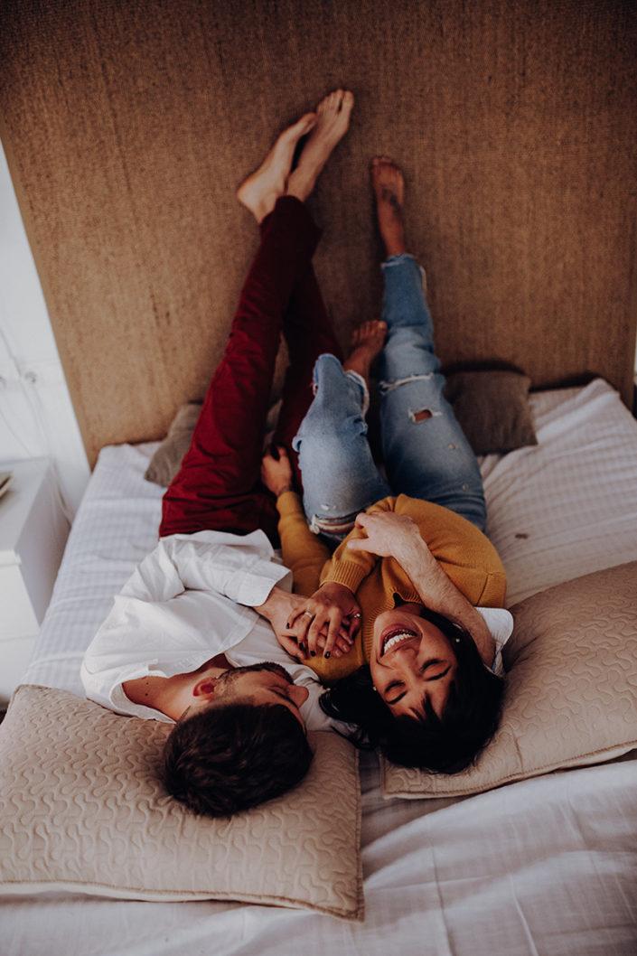 Homestory, Spanien, Pärchen, Verliebt, Verlobung, Paarfotografie, Granada, Fotoshooting, Natürliche Paarfotografie, Bett, Zärtlichkeit