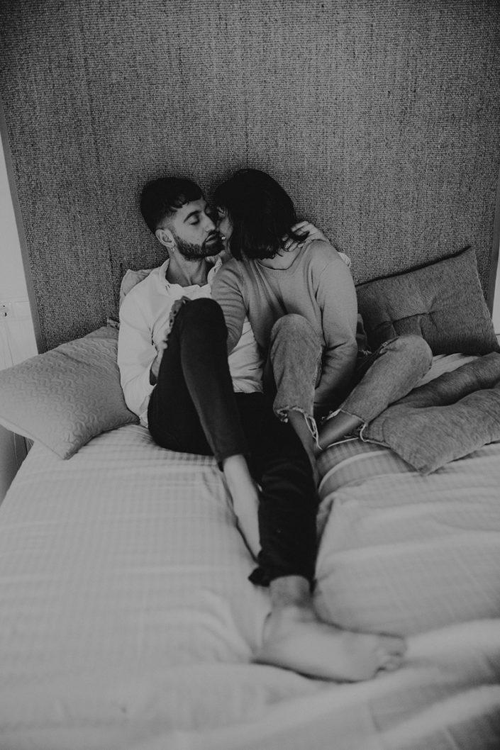 Homestory, Spanien, Pärchen, Verliebt, Verlobung, Paarfotografie, Granada, Fotoshooting, Couch, Natürliche Paarfotografie, Bett, Zärtlichkeit, Schwarz Weiß