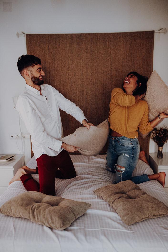 Homestory, Spanien, Pärchen, Verliebt, Verlobung, Paarfotografie, Granada, Fotoshooting, Natürliche Paarfotografie, Bett, Kissenschlacht