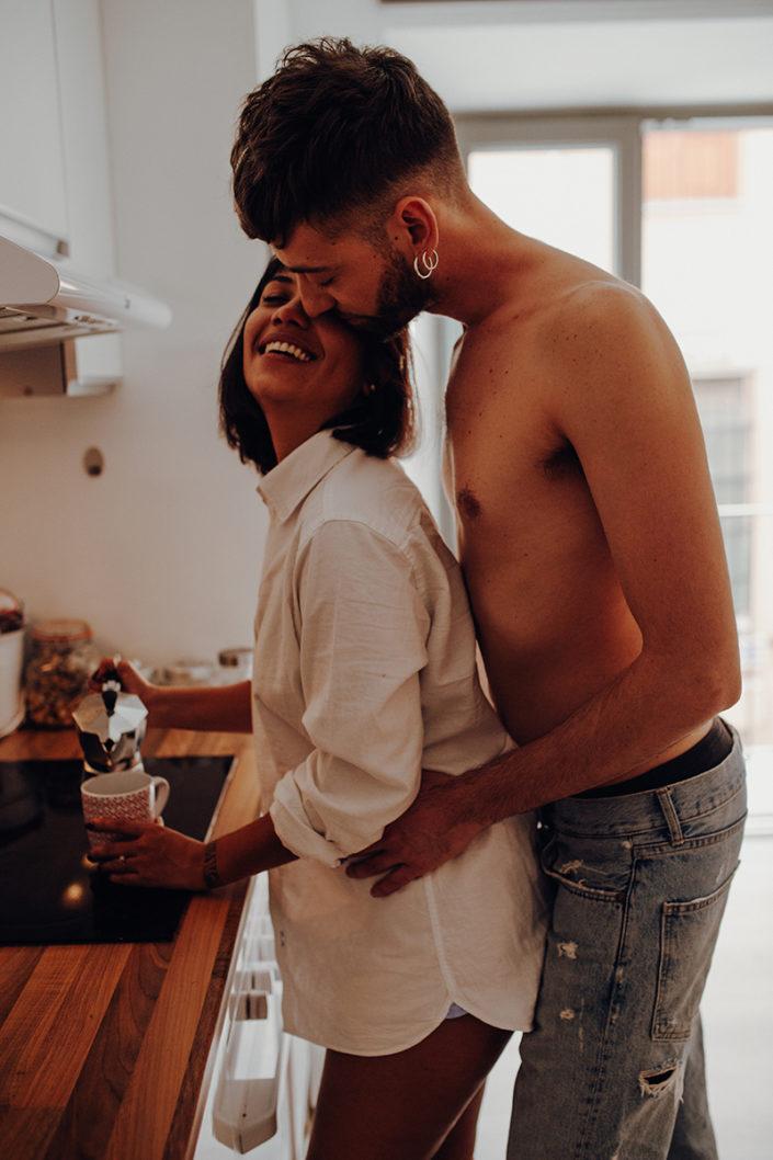 Homestory, Spanien, Pärchen, Verliebt, Verlobung, Paarfotografie, Granada, Fotoshooting, Natürliche Paarfotografie, Küche, Kaffee, Frühstück