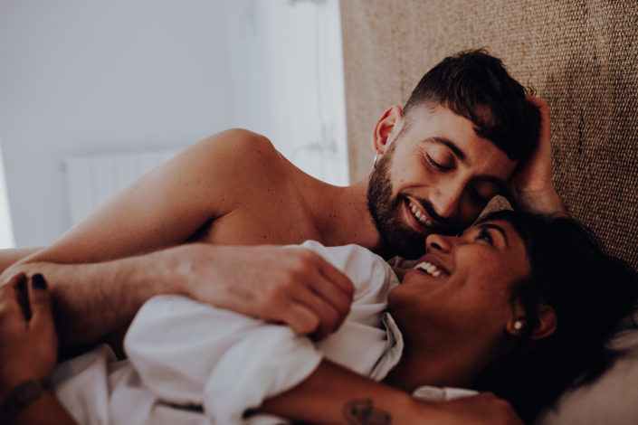 Homestory, Spanien, Pärchen, Verliebt, Verlobung, Paarfotografie, Granada, Fotoshooting, Natürliche Paarfotografie, Bett