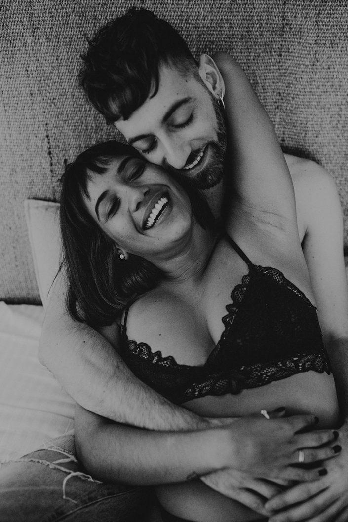 Homestory, Spanien, Pärchen, Verliebt, Verlobung, Paarfotografie, Granada, Fotoshooting,Natürliche Paarfotografie, Bett, Unterwäsche, Zärtlichkeit, Haut, Schwarz Weiß