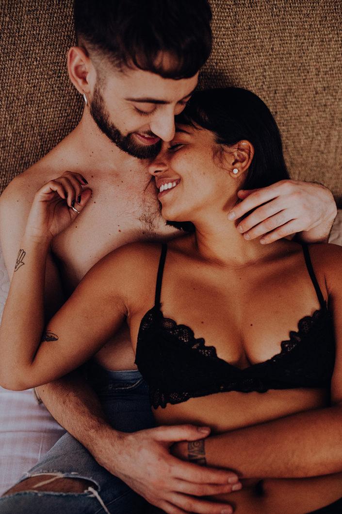 Homestory, Spanien, Pärchen, Verliebt, Verlobung, Paarfotografie, Granada, Fotoshooting, Natürliche Paarfotografie, Bett, Unterwäsche, Zärtlichkeit, Haut