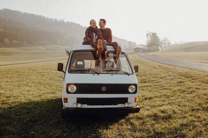 VW Bus, Auto, Paarshooting, Sonnenuntergang, Tegernsee, Kuscheln, Wiese, Bus, Liebespaar